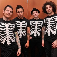 "Escucha ""Love, Sex, Death"" de Fall Out Boy"