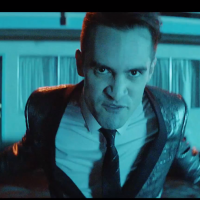 Sobredosis de Brendon Urie, de Panic! At The Disco, en el videoclip de Girls/Girls/Boys